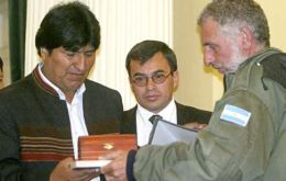 Pte. Morales receive a coffer with Falkland Islands soil from Argentine war veterans