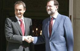 Rodriguez Zapatero shake hands with Mariano Rajoy