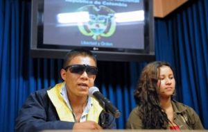 Former FARC Bueno and his girlfriend arrived Paris (AFP)