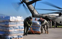 An air carrier, choppers and 10.000 US troops to help organize aid distribution (AFP)