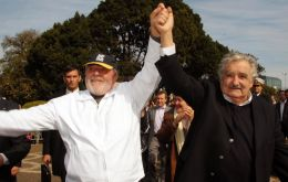 Lula da Silva and Mujica cheered by people at the border city