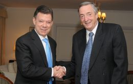 The former Argentine president with Colombia's Santos (L)