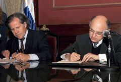Almagro and Timerman during the signing of the agreement