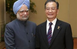 Prime Minister Manmohan Singh and Chinese Premier Wen Jiabao: 2.5 billion shake hands