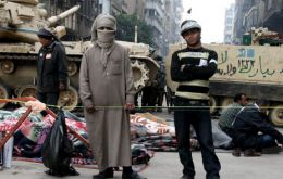 Tahrir square under protection from Army tanks, probably the most respected institution in Egypt (Photo El Pais/MADRID)