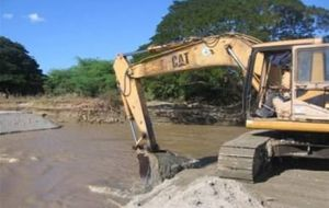 In spite of Carnival, heavy equipment has begun to level ground next to the Xingú River