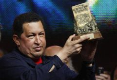 The Venezuelan president is presented with the Roberto Walsh award (Photo EFE)