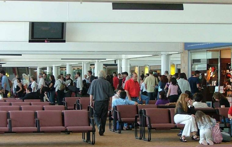 In the first two months of 2011 over 1.1 million passengers passed through Santiago's international airport