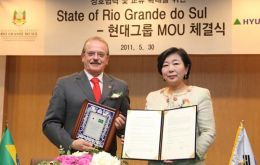 Hyun Jeong-eun, chairwoman of Hyundai Group, and Governor Tarso Genro (L)