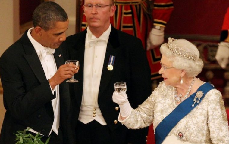 President Obama toasting with Queen Elizabeth at the royal banquet
