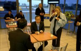 The UN Secretary General and Mrs Ban Ki-moon having breakfast at an Argentine highway cafeteria (Photo PERFIL)