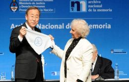 The UN Secretary General was gifted with a white scarf, symbol of the Mothers of Plaza de Mayo (Photo DyN)