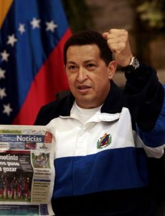 The Venezuelan president at the airport with Monday's newspaper (Photo: AP)