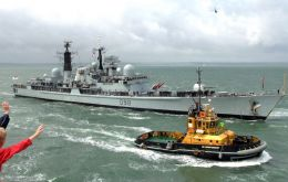 Cheering crowds celebrate the arrival of the Type 42 destroyer (Photo RN)