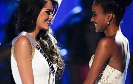 Miss Ukraine, Olesia Stefanko, and Miss Angola hold hands