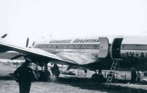 The Aerolineas Argentinas aircraft half sunk in the soft peat of the Stanley race course (Photo Cedoc)