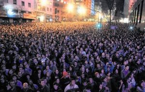 Thousands gathered in the streeets of Montevideo to sing, dance and watch music and theatre groups