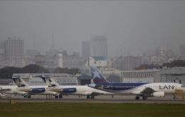 Aircraft lined up in River Plate airports protected from the ash