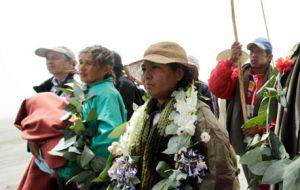 People took to the streets with flowers to receive the Indians