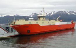 "The 8.5 million dollars ""Yaghan"" equipped with four engines docked in Puerto Williams"