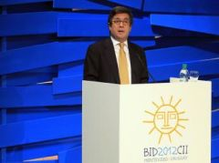 "If China growth slows, ""commodities prices could drop 30%"", says report presented by IADB president Luis Alberto Moreno"