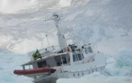 """Endless Sea"" surrounded by the pack of ice (Photo: Chilean Navy)"