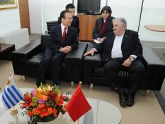 Premier Wen Jibao and President Mujica during discussions in Government House