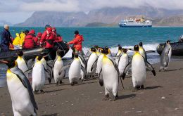 Cruise visitors landing in Antarctic bases (Photo: komar.org)