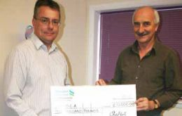 CEO McPhee hands the £ 10.000 cheque to FIOGA Mike Summers (Photo: PN)