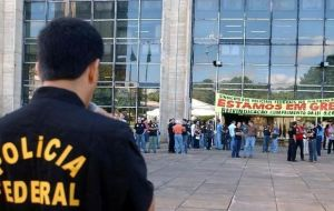 Police pickets protesting in front of federal buildings in Brasilia