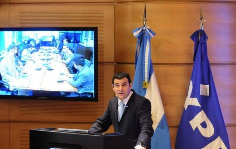 CEO Galuccio making the presentation of his '100 days plan for YPF' (Photo by DYN)