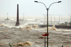 Huge waves cover Montevideo's rapid transit way next to the River Plate