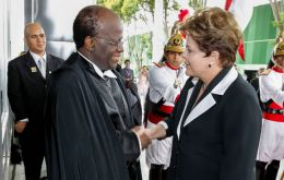 Magistrate Joaquim Barbosa congratulated by President Dilma Rousseff