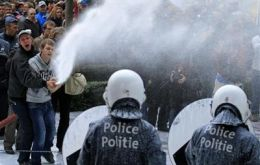 Farmers spray milk on Parliament and police forces with pressure hoses (Photo: Reuters)