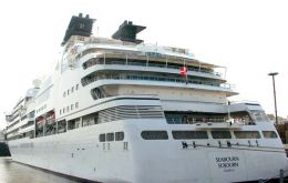 "The 32.000 tons ""Seabourn Sojourn"" with its 450 visitors berthed at Ushuaia"