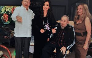 'Family picture' of Raul and Fidel with Cristina Fernandez