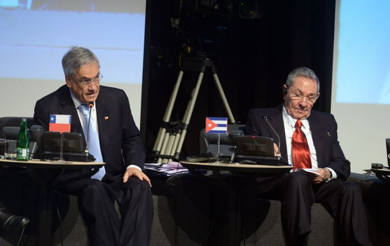 Cuban president Raul Castro next to his Chilean host Conservative Sebastian Piñera