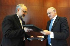 Foreign minister Hector Timerman and his Iranian peer Ali Akbar Salehi (L)