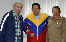 A common photo release: the Castro brothers with Chavez