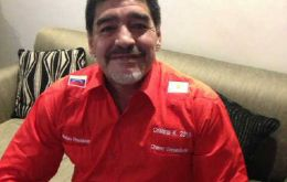 The football legend with the red Chavista shirt and the message