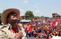 The incumbent candidate surrounded with Chavez posters and icons addresses a crown displayed in red (Photo AVN)