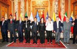 The 'family' picture of Unasur leaders next to Maduro in Lima