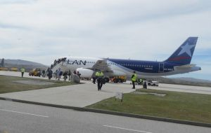 The weekly Lan Chile flight is the only link of the Falklands with the continent