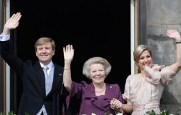 The Royal family greets the crowd from the Palace