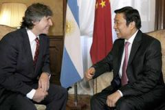 Vice-presidents Boudou and Li exchanged smiles and supports