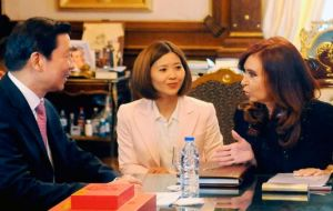 Cristina Fernandez trying to convince Vice-president Li to accept Argentine Pesos