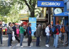 Argentine visitors queuing in Uruguay to extract 'Colonia dollars'