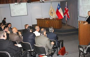 Defense Minister Oscar Izurieta addressed the group at the ANEPE