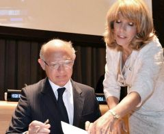 Argentine Foreign minister Hector Timerman signing the treaty (Photo: TELAM)
