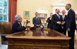 Piñera 'playing' US president at Obama's desk in the Oval Office